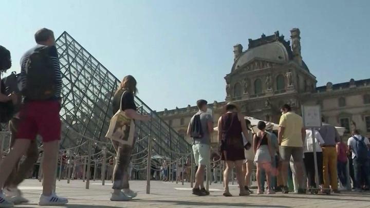 """Акции против """"пропусков здоровья"""" для посещения учреждений культуры прошли во Франции"""