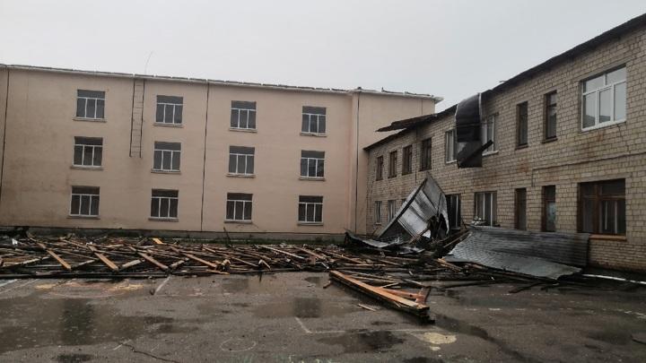 Порыв ветра снес крышу школы в Новоорске