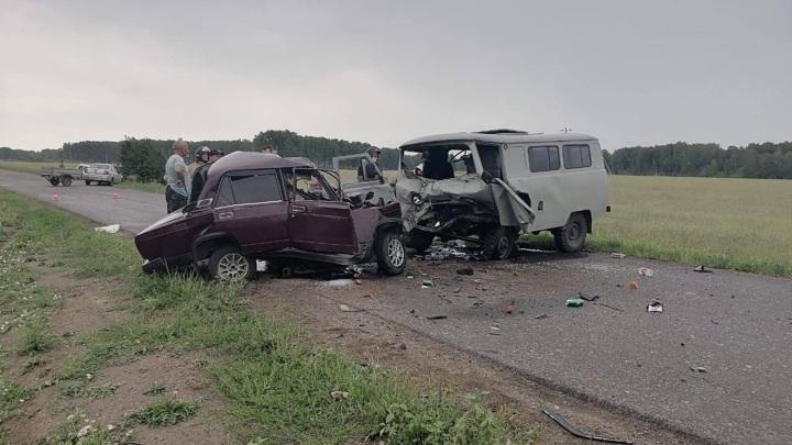 В ДТП на омской трассе трое погибли, восемь пострадали