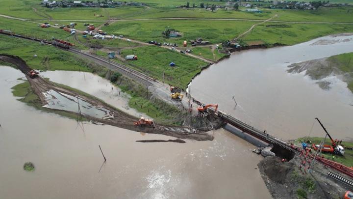 Первые грузовые поезда пересекли мост в Забайкалье