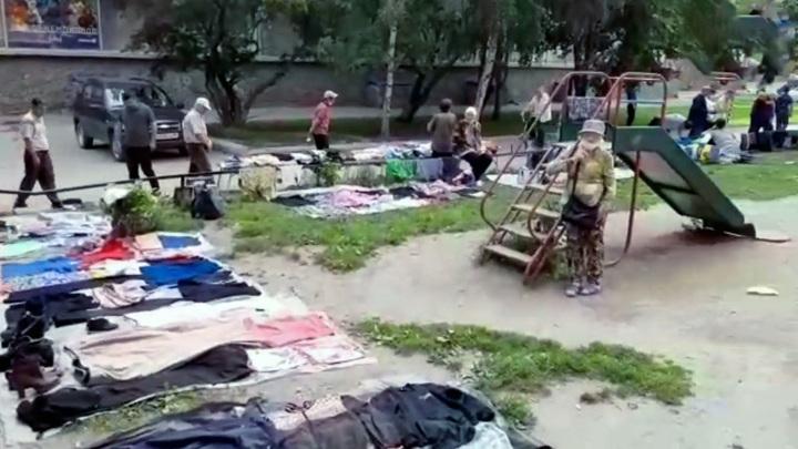 В Новосибирске пенсионеры оккупировали детскую площадку и устроили на ней рынок