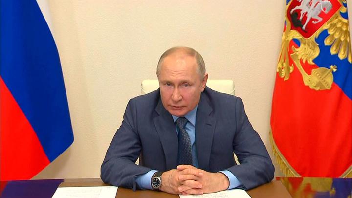 Путин поручил начать выплаты на школьников со 2 августа