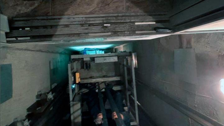 Появились фото с места падения лифта с семьей в Воронеже