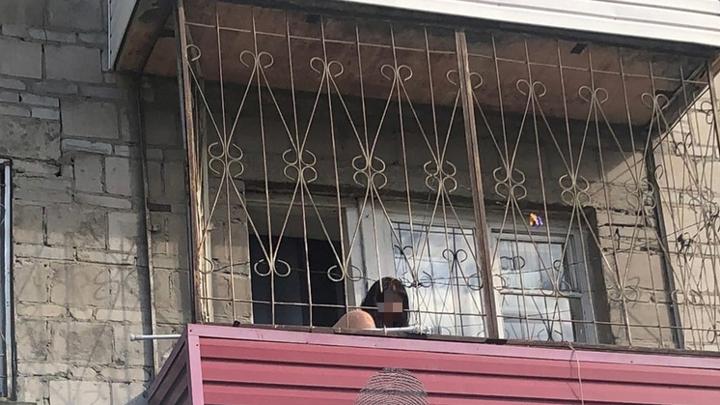 Голая сибирячка с балкона поливала пивом прохожих
