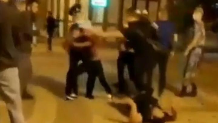 Участник массовой драки отправил оппонента в нокаут при росгвардейцах