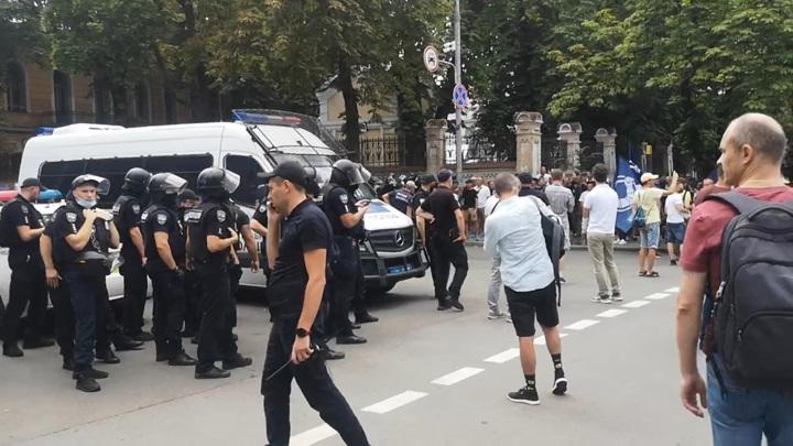 ЛГБТ-митинг возле офиса украинского президента превратился в потасовку