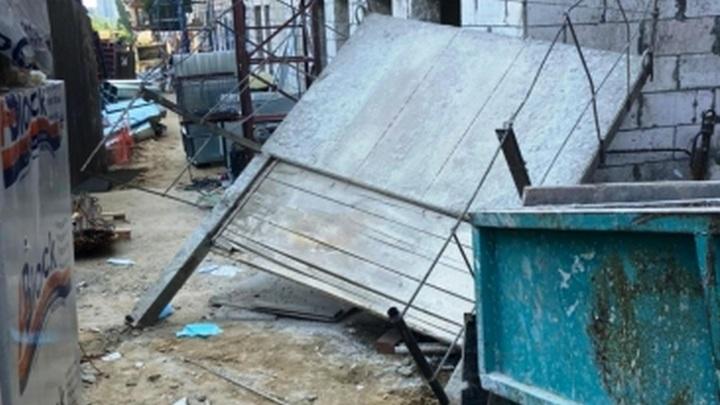 Бетонная плита рухнула на рабочих на стройке воронежской больницы