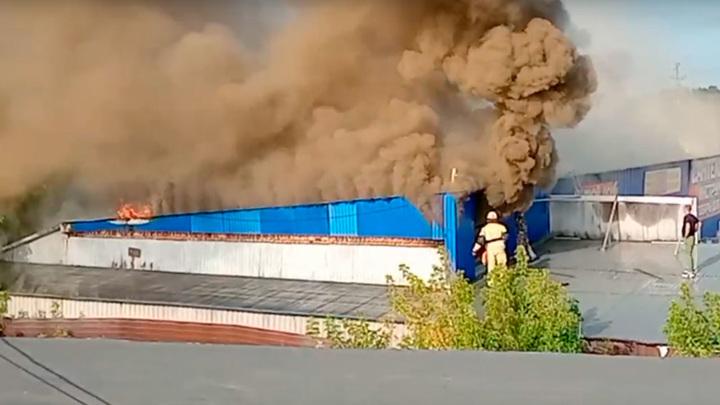 Горит 500 кв. метров: в Челябинской области на рынке произошло крупное возгорание