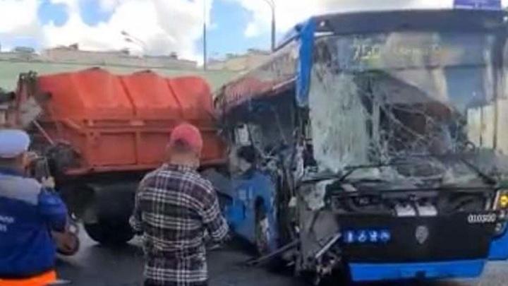 Пассажирский автобус столкнулся с КамАЗом на юго-западе Москвы