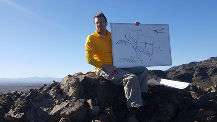 """Геофизик Джей Чепмен в горах Аризоны. Эти горы образовались из огромных """"капель грязи""""."""