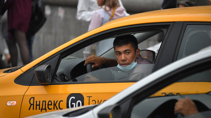 Пенсионерка случайно заплатила за такси 190 тысяч