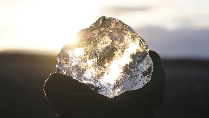 Самое прочное в мире стекло царапает алмаз и проводит электричество