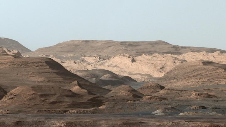 Изображение слоистой породы марсианской горы Эолида, сделанное камерой марсохода Curiosity.