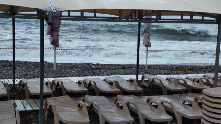 Входы на набережную и пляжи Сочи и Туапсе закрыли из-за непогоды