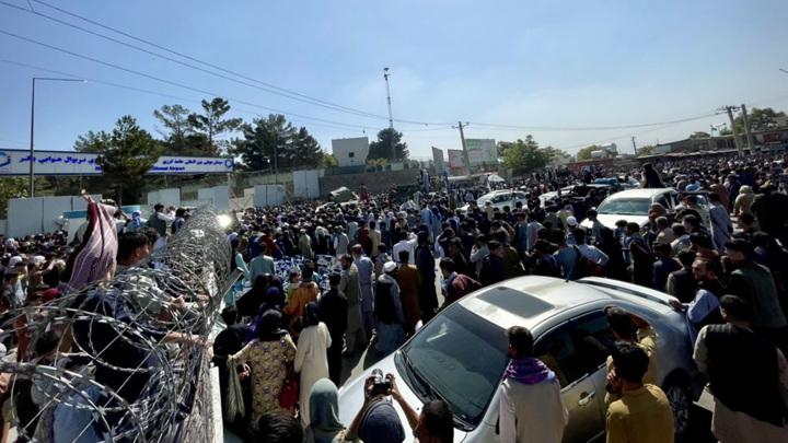 Афганцы пытаются улететь из Кабула: гражданские рейсы отменены, есть жертвы