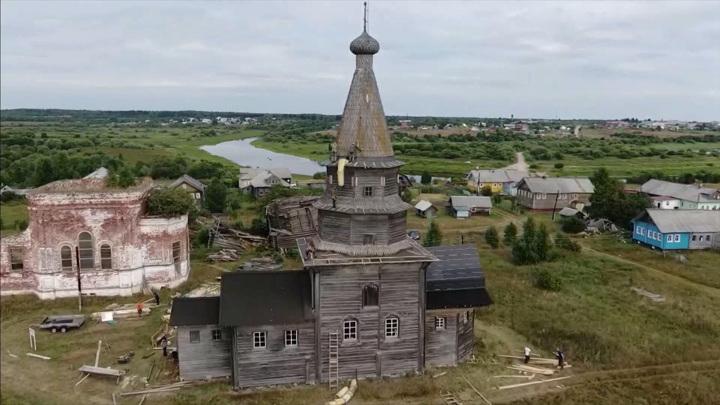 Волонтеры занимаются консервацией Петропавловской церкви XVIII века в Архангельской области