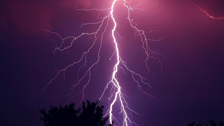 На Кубани удар молнии попал в линию электропередачи
