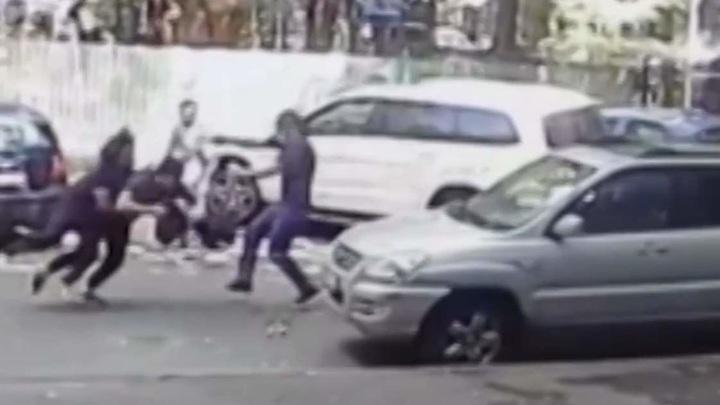 Мигранты с пистолетом отобрали у водителя сумку с 7 млн рублей
