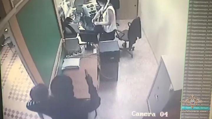 Налетчик унес целую сумку денег из банка в Феодосии