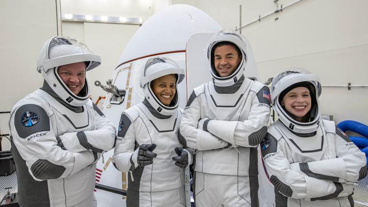 Корабль SpaceX с коммерческим экипажем приводнился в Атлантике