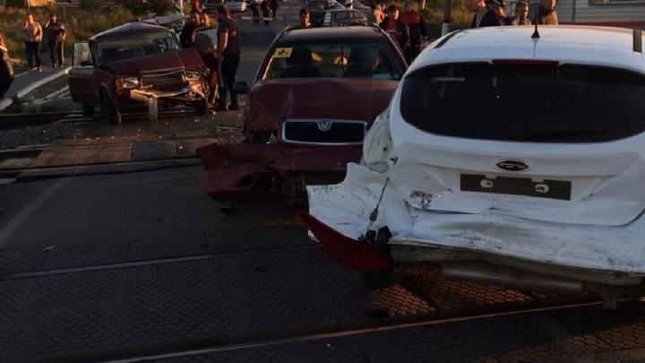 На железнодорожном переезде в Челябинской области столкнулись 3 автомобиля