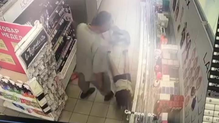 Пенсионер травмировал продавщицу, отказавшую ему в размене. Видео