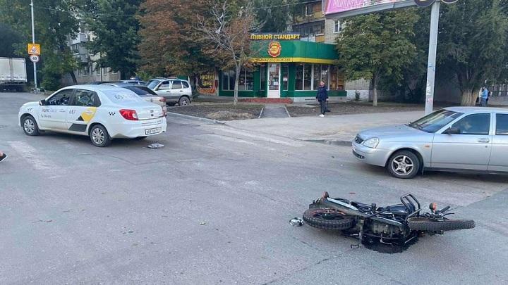 В Саратове скутерист попал в больницу после столкновения с такси