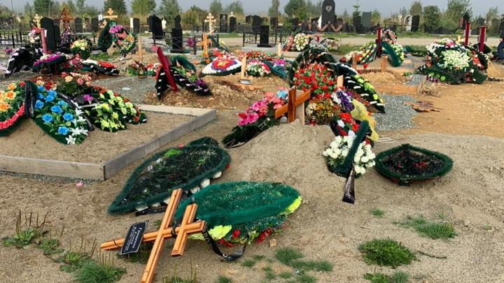 На кладбище в Южно-Сахалинске неизвестные устроили погром