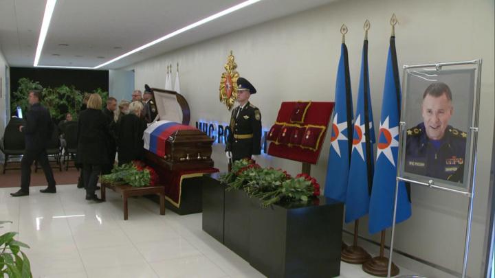 Главу МЧС Евгения Зиничева похоронили с воинскими почестями