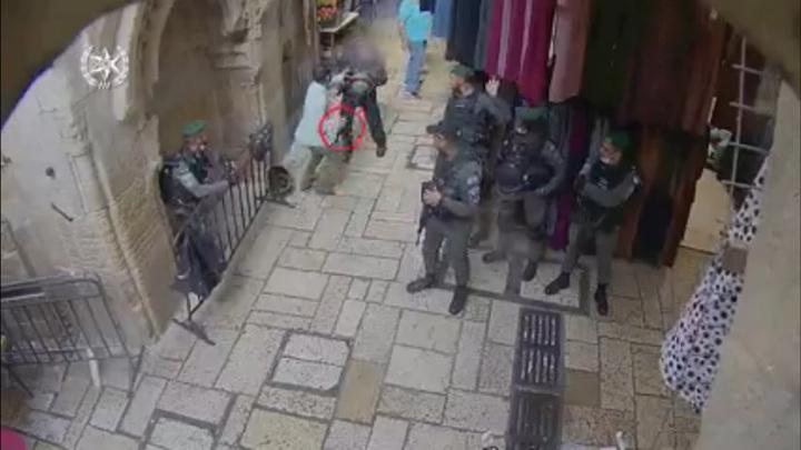 Преступник с ножом напал на полицейского в Иерусалиме. Видео