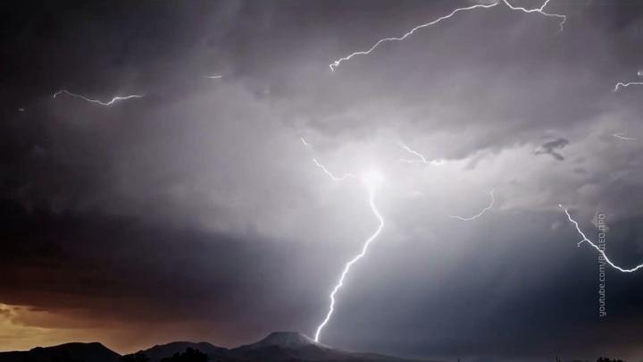 В Сочи в лайнер с пассажирами опять ударила молния