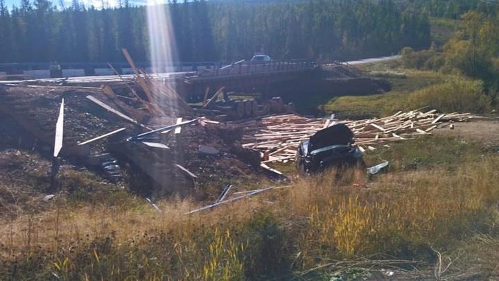 Грузовик с легковушкой столкнулись и упали с моста в Иркутской области