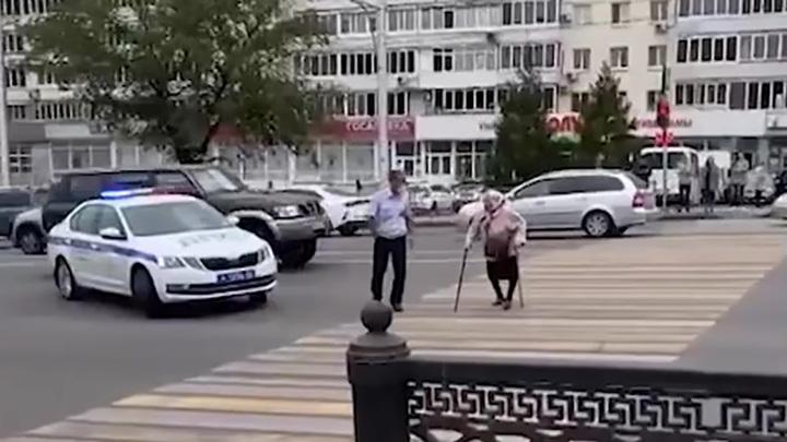 В Уфе полицейский остановил машины и помог бабушке перейти дорогу