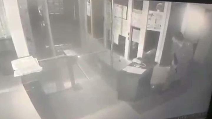 """Пол-отдела разворотило"": момент нападения в Лисках попал на видео"