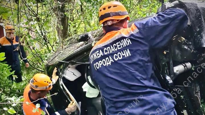 В Сочи автомобиль упал с обрыва: двое пострадавших