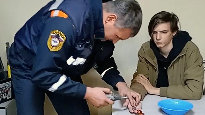 """Челябинские спасатели освободили юношу от """"кольца всевластия"""""""