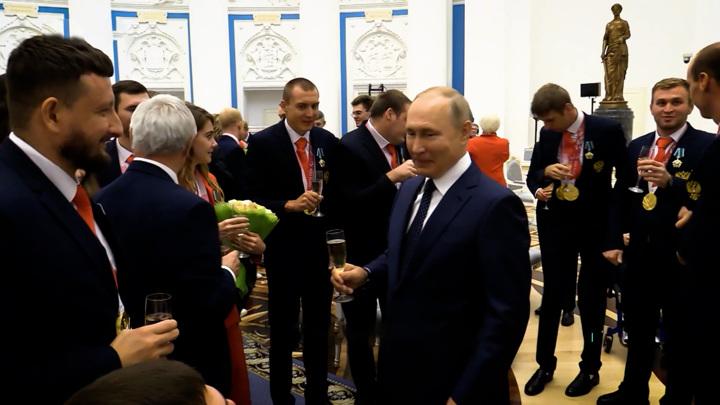 """""""Обнесли!"""" Путин отдал свой бокал паралимпийцу"""