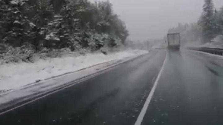 Трассу М5 в Челябинской области запорошило снегом
