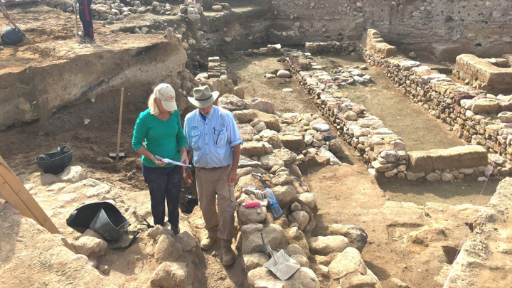 Исследователи осматривают руины древнего города.