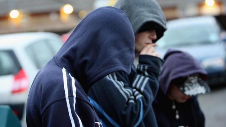 Попросила пропустить: в Новосибирске агрессивные подростки сломали женщине нос
