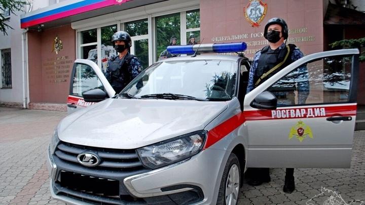 В Крыму дебоширка бутылкой пива разгромила кабину оператора на АЗС