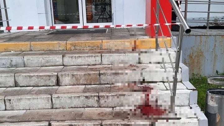"""Москвич в женской одежде напал с топором на посетителей """"Магнита"""""""