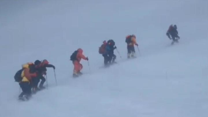 Спасатели МЧС выдвинулись для доставки тел погибших на Эльбрусе