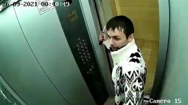 """После """"драки"""" мужчины со своим отражением в лифте полиция начала проверку"""