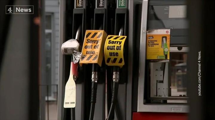 Дефицит топлива на британских АЗС сохранится не менее месяца