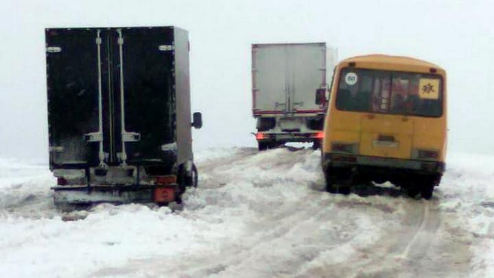 На трассе под Челябинском в снегу застряли 2 автобуса с детьми и 18 машин