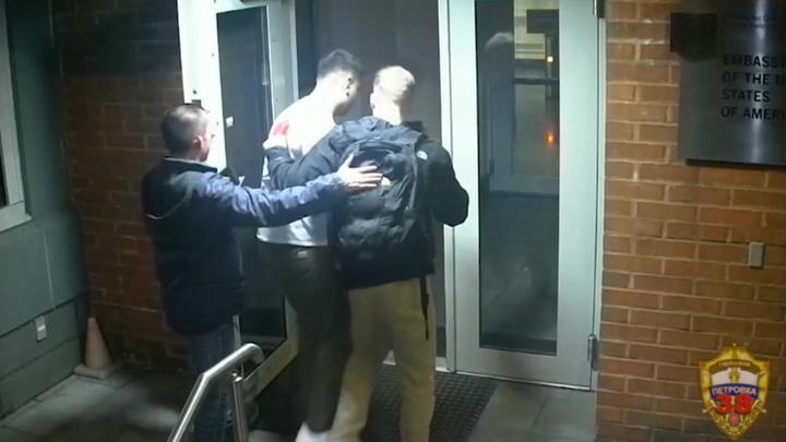 Появилось видео с морпехами США, ограбившими россиянина в московском баре