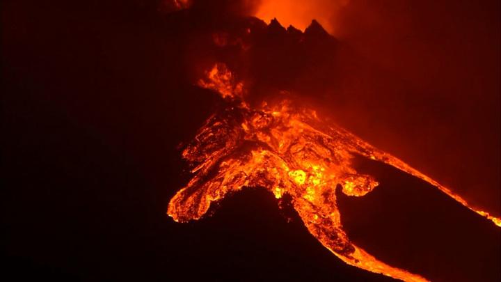 Западные районы острова Пальма оказались под угрозой из-за мощного выброса лавы