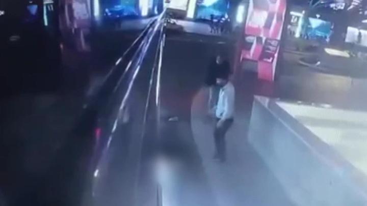 Толкнул под автобус: на приятеля погибшей завели уголовное дело