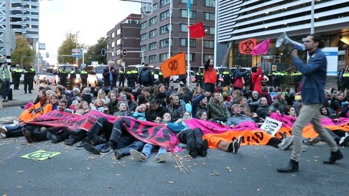 В Нидерландах экоактивисты в знак протеста приклеили себя к асфальту
